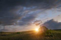 Sonnenuntergang in der Steppe, ein schöner Abendhimmel mit Wolken, Plato Ukok, niemand herum, Altai, Sibirien, Russland Lizenzfreies Stockfoto