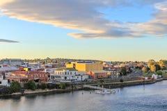 Sonnenuntergang in der tasmanischen Stadt Devonport mit Mersey-Fluss im Vordergrund, Tasmanien stockfoto