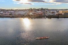 Sonnenuntergang in der tasmanischen Stadt Devonport mit Mersey-Fluss und Kanu im Vordergrund, Tasmanien stockbilder