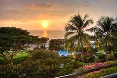 Sonnenuntergang an der tropischen Rücksortierung Lizenzfreie Stockfotografie