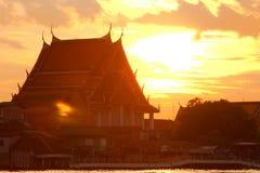 Sonnenuntergang des buddhistischen Tempels in Bangkok lizenzfreie stockfotos