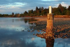 Sonnenuntergang des felsigen Strandes Lizenzfreie Stockfotos