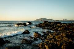 Sonnenuntergang des felsigen Strandes Stockfotos