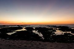 Sonnenuntergang des felsigen Strandes Lizenzfreie Stockfotografie