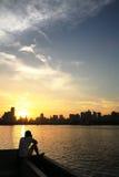 Sonnenuntergang des Flussufers Lizenzfreie Stockfotos