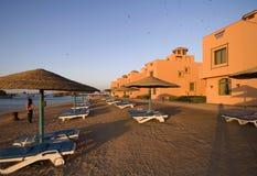 Sonnenuntergang des MittelmeerStrandurlaubsorts Stockfoto
