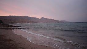 Sonnenuntergang des Sand-Strandes und der Wellen stock video