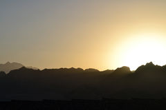 Sonnenuntergang - die Berge - Dahab - Meer - Ägypten - Hotels Lizenzfreie Stockfotografie