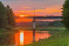 Sonnenuntergang Die Brücke auf dem Fluss Mologa Lizenzfreie Stockbilder