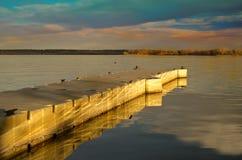 Sonnenuntergang-Dock auf dem See Stockfoto