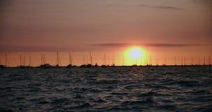Sonnenuntergang-Dock-Pier, Boote und Yachtbewegung im Wasser in der Zeitlupe des Sonnenuntergangs 4k stock footage