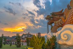 Sonnenuntergang am Drachenachkommemuseum in Suphanburi lizenzfreie stockfotografie