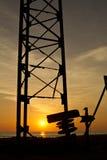 Sonnenuntergang durch Bau lizenzfreie stockfotos