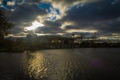 Sonnenuntergang durch das Boots-Haus Stockbilder