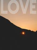Sonnenuntergang durch das Herz formte Loch in der Klippe Lizenzfreies Stockbild