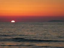 Sonnenuntergang durch das Meer Lizenzfreies Stockbild