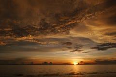 Sonnenuntergang durch das Meer Lizenzfreies Stockfoto