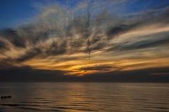 Sonnenuntergang durch das Meer Lizenzfreie Stockfotografie