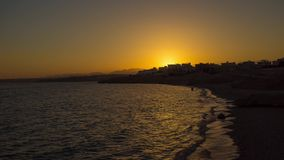Sonnenuntergang durch das Meer stock video footage