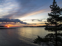 Sonnenuntergang durch das Meer lizenzfreie stockbilder