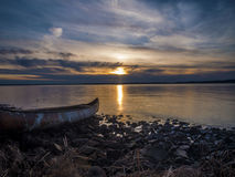 Sonnenuntergang durch das Meer lizenzfreie stockfotos