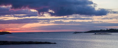 Sonnenuntergang durch das Meer stockfotografie