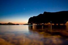 Sonnenuntergang durch das Meer Stockbild