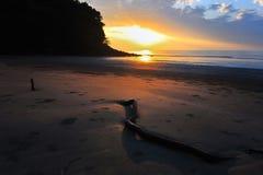 Sonnenuntergang durch das Meer Stockfoto