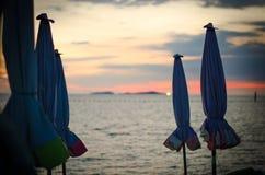 Sonnenuntergang durch das Meer Stockfotos