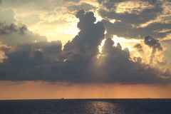 Sonnenuntergang durch das Meer Stockbilder