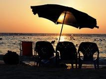 Sonnenuntergang durch das Meer mit Lizenzfreie Stockfotos
