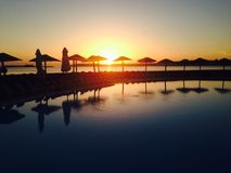 Sonnenuntergang durch das Pool Lizenzfreie Stockbilder