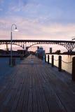Sonnenuntergang durch den Fluss Lizenzfreies Stockbild