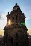 Sonnenuntergang durch den Glockenturm Stockfotos