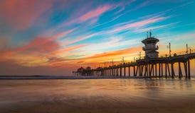 Sonnenuntergang durch den Huntington Beach-Pier in Kalifornien stockfotografie