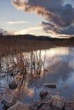 Sonnenuntergang durch den See. Stockfotos