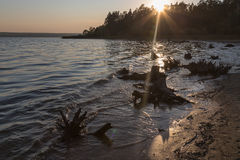 Sonnenuntergang durch den See lizenzfreie stockfotos
