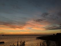 Sonnenuntergang durch den See stockfoto