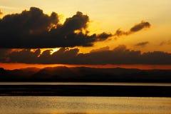 Sonnenuntergang durch den Strand Lizenzfreie Stockfotos