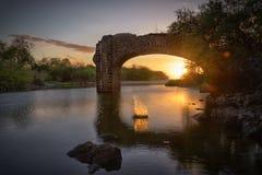 Sonnenuntergang durch die Brücke von Trois-Bassins in Reunion Island lizenzfreies stockfoto