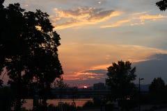 Sonnenuntergang durch die Donau lizenzfreie stockfotos