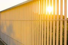 Sonnenuntergang durch die Stangen der Geländerbrücke Stockbilder