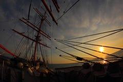Sonnenuntergang durch die Takelung eines Segelschiffs Stockfotografie