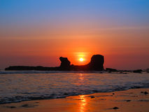 Sonnenuntergang durch gebogenen Felsen in EL-slavador stockfoto