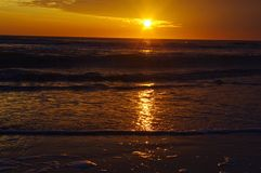 Sonnenuntergang durch Meer Lizenzfreies Stockfoto
