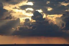Sonnenuntergang durch Meer stockfotografie
