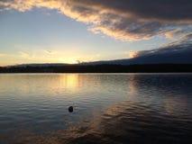 Sonnenuntergang durch See Hillen in Schweden lizenzfreie stockbilder