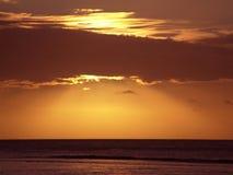Sonnenuntergang durch Wolken stockfotografie