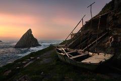 Sonnenuntergang in einem alten Boot lizenzfreies stockfoto