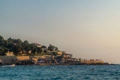 Sonnenuntergang in einem felsigen Strand Stockbild